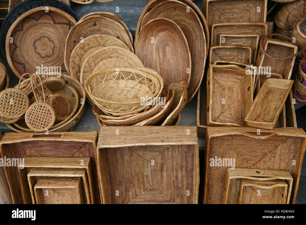Körbe und Korbwaren zum Verkauf auf Bali - Baskets and gifts for sale on Bali - Stock Image