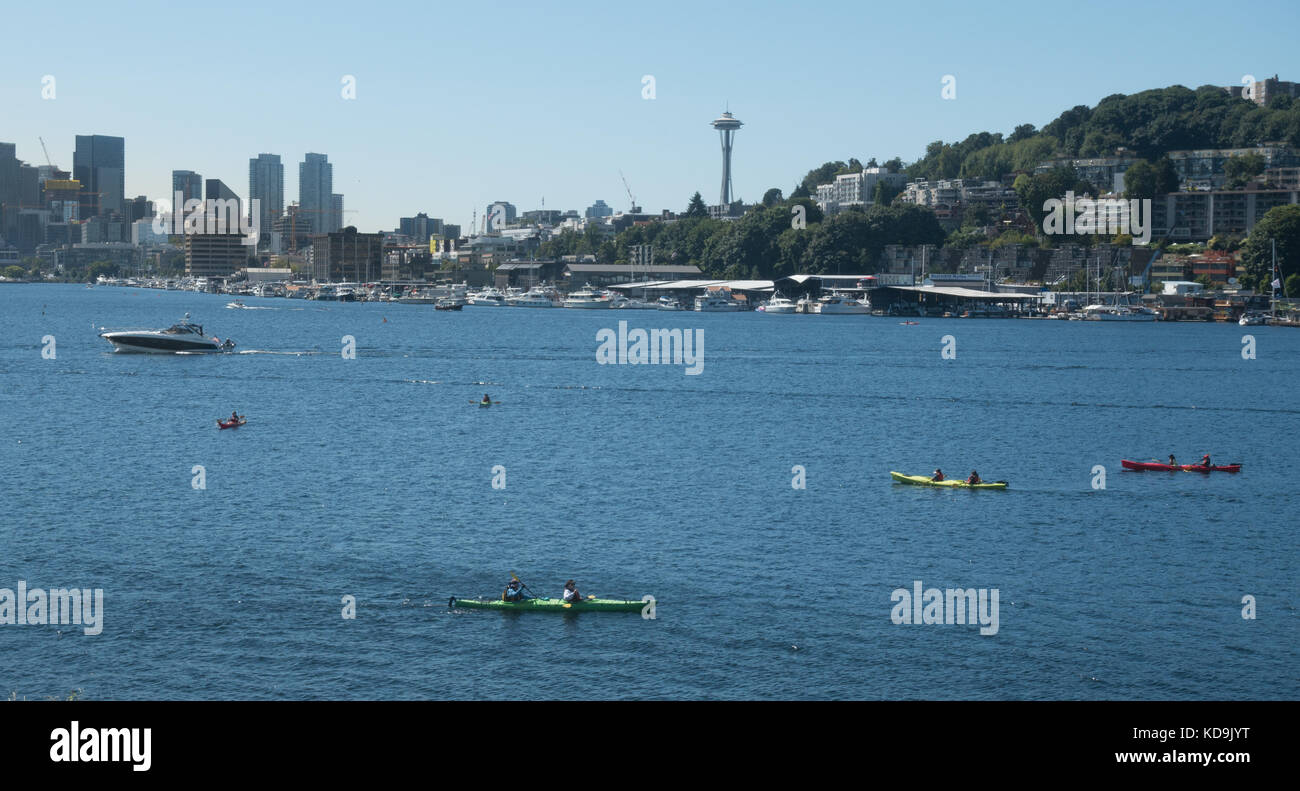 Kayaks on Seattle's Lake Union, Seattle skyline with Space Needle. View from Gas Works Park. - Stock Image