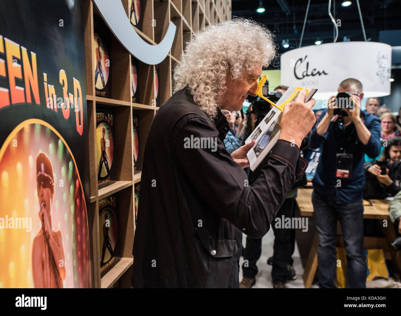 Frankfurt am Main, Germany. 12th Oct, 2017. Guitarrist Brian May of Queen looking at pictures in his book 'Queen - Stock Image
