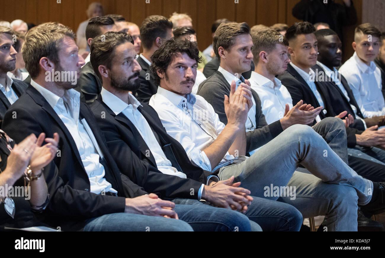 Karlsruhe Nereut, Deutschland. 12th Oct, 2017. Die Spieler des KSC nahmen an der MGV teil.left to right goalwart - Stock Image