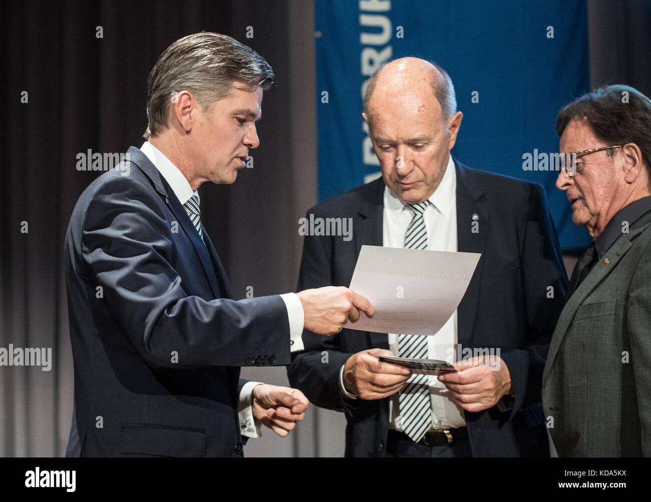 Karlsruhe Nereut, Deutschland. 12th Oct, 2017. Guenter Pilarsky (KSC-Vizepraesident)/m. wird Ehrenwithglied des - Stock Image