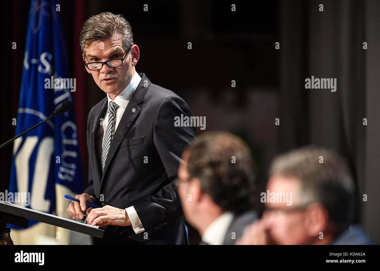 Karlsruhe Nereut, Deutschland. 12th Oct, 2017. Am Mikrofon: KSC-Praesident Ingo Wellenreuther spricht zu den Mitgliedern. - Stock Image