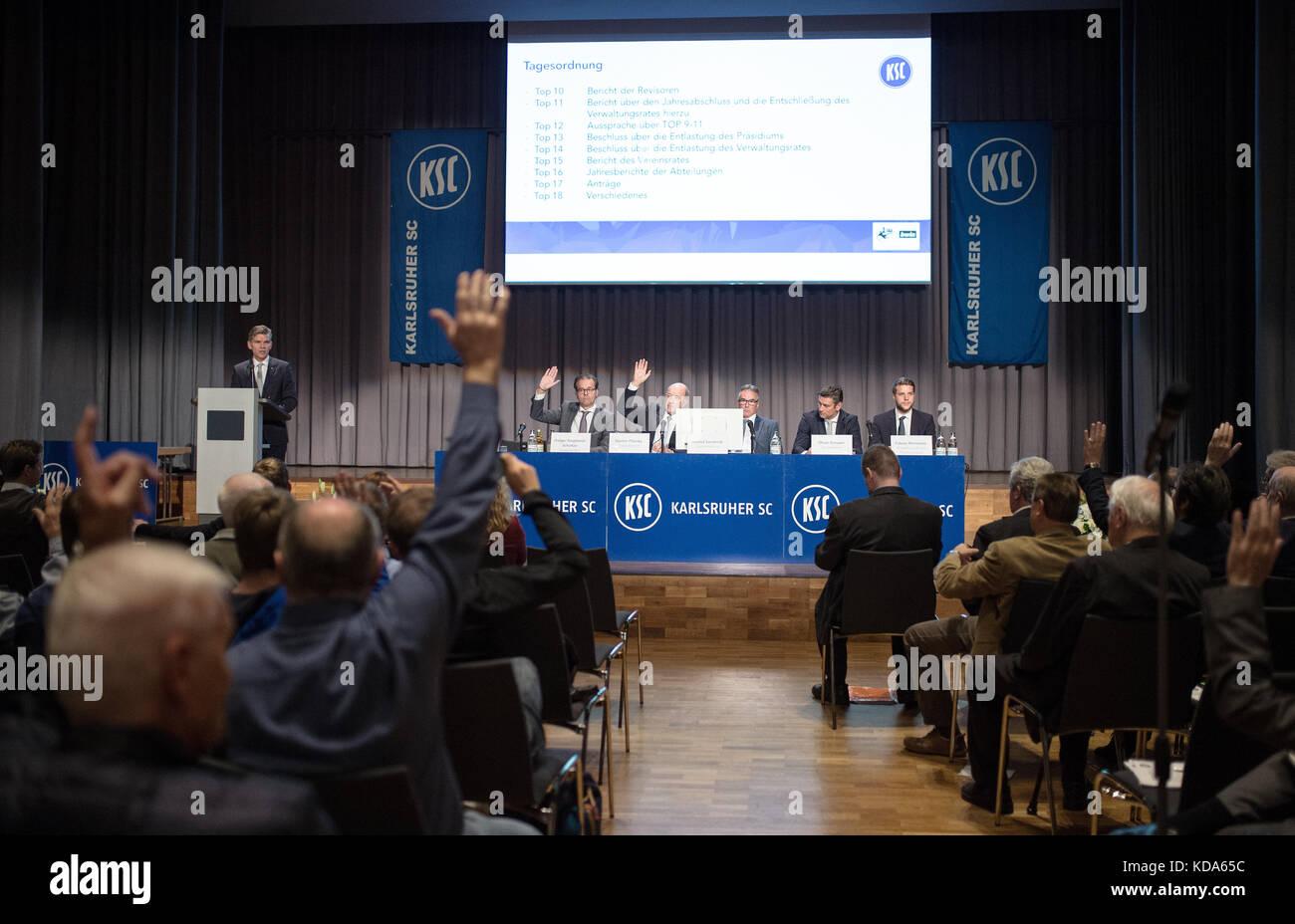 Karlsruhe Nereut, Deutschland. 12th Oct, 2017. Die Mitglieder entlasten Praesidium und Verwaltungsrat. left to right - Stock Image