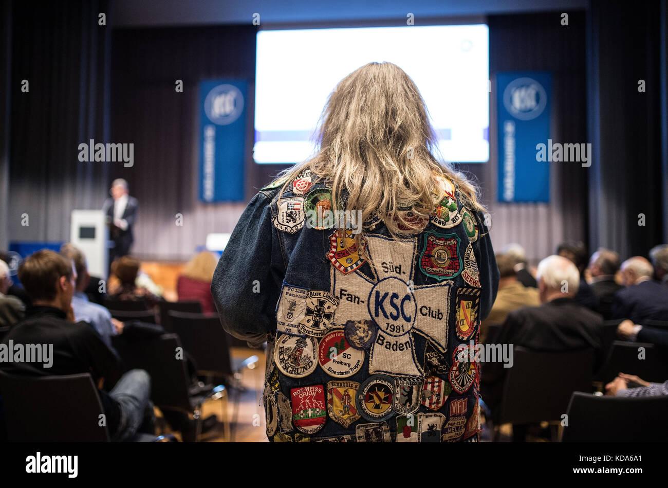 Karlsruhe Nereut, Deutschland. 12th Oct, 2017. KSC- Fan Ronny befragt das Praesidium. GES/ Fussball/ 3. Liga: Karlsruher - Stock Image