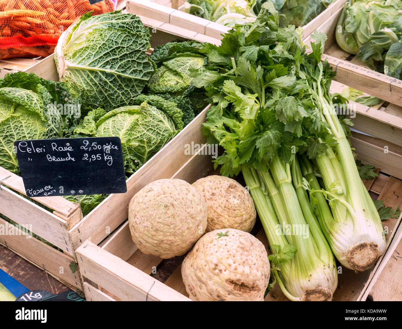 FRENCH FARMERS MARKET Vegetables display of Savoy cabbage, Celeriac and Celery in wooden crates, with small blackboard - Stock Image