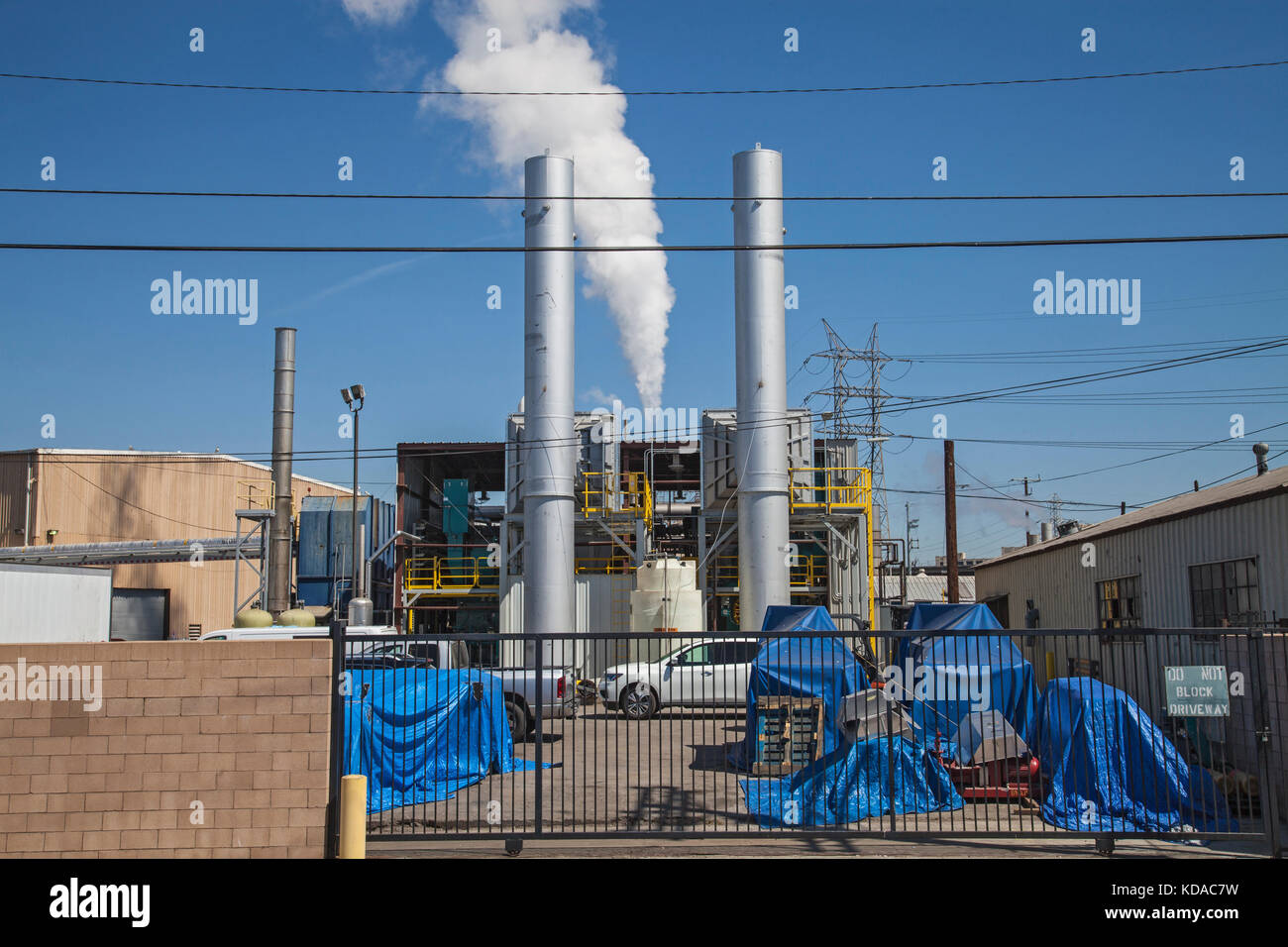 Plant emitting fumes from smokestack in Vernon, Los Angeles, California, USA - Stock Image