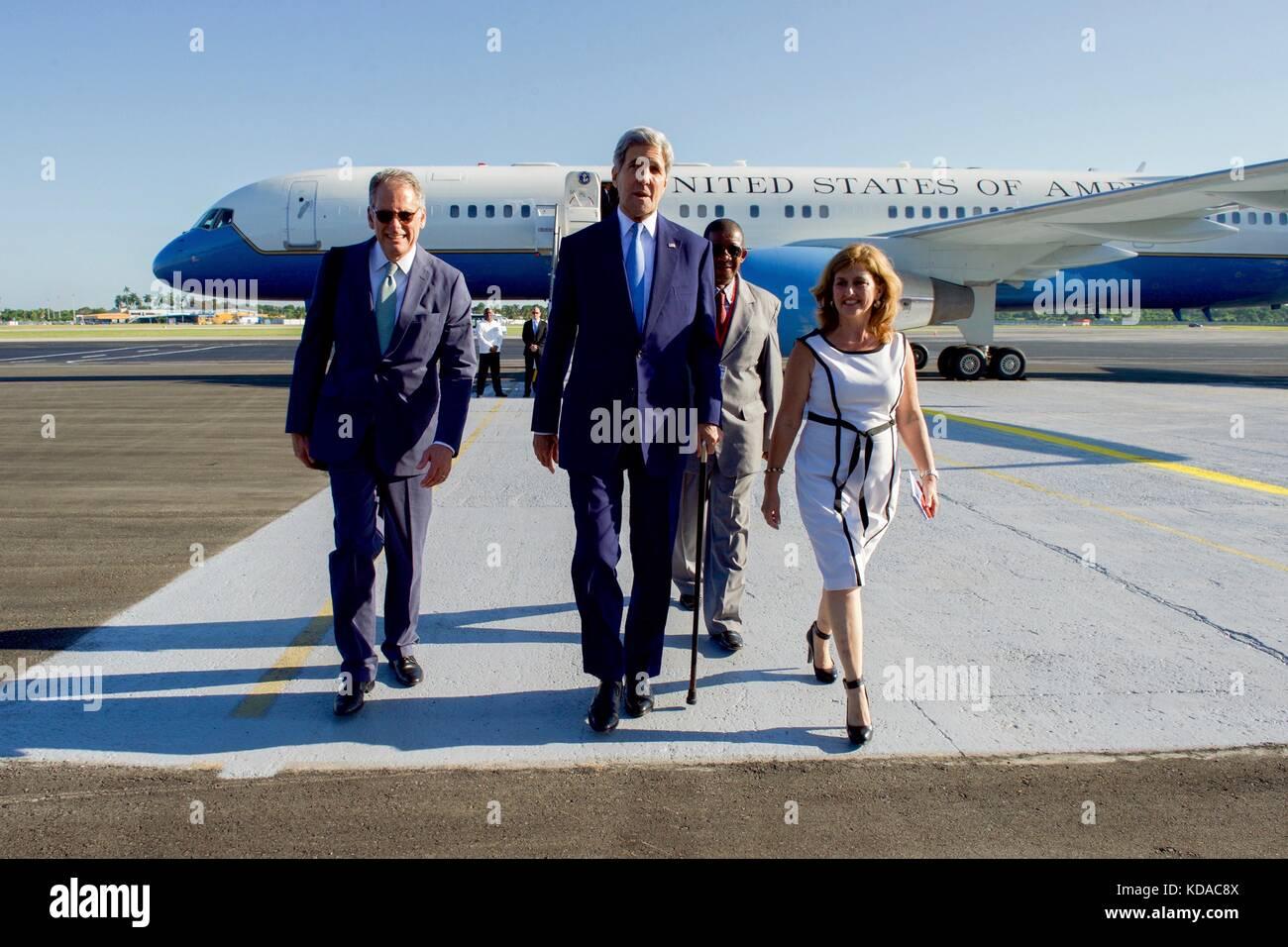 U.S. Embassy Havana Charge d'Affaires Jeffrey DeLaurentis (left), U.S. Secretary of State John Kerry, and Cuban - Stock Image