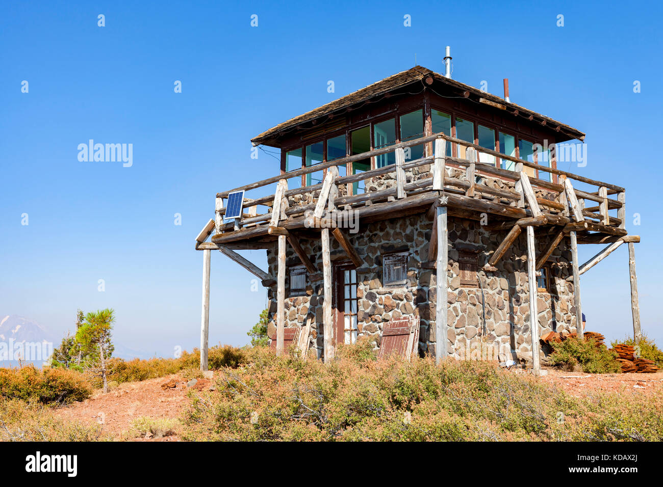 The Mt. Harkness fire lookout station sits atop Mt. Harkness in Lassen Volcanic National Park. - Stock Image