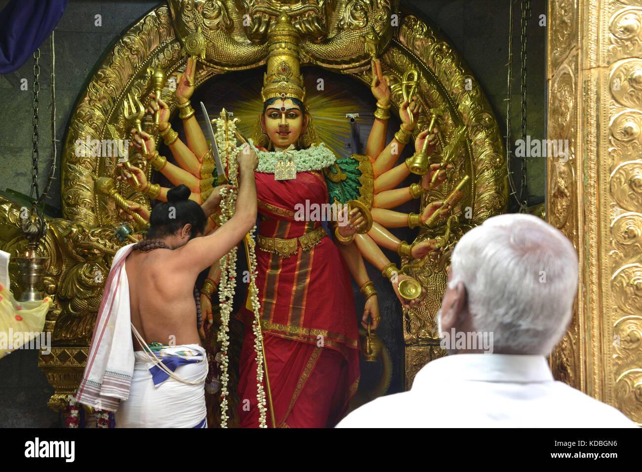 Singapore.  Serangoon Road, Little India District, believer bringing an offering in the Hindu temple Sri Veeramakaliamman, - Stock Image