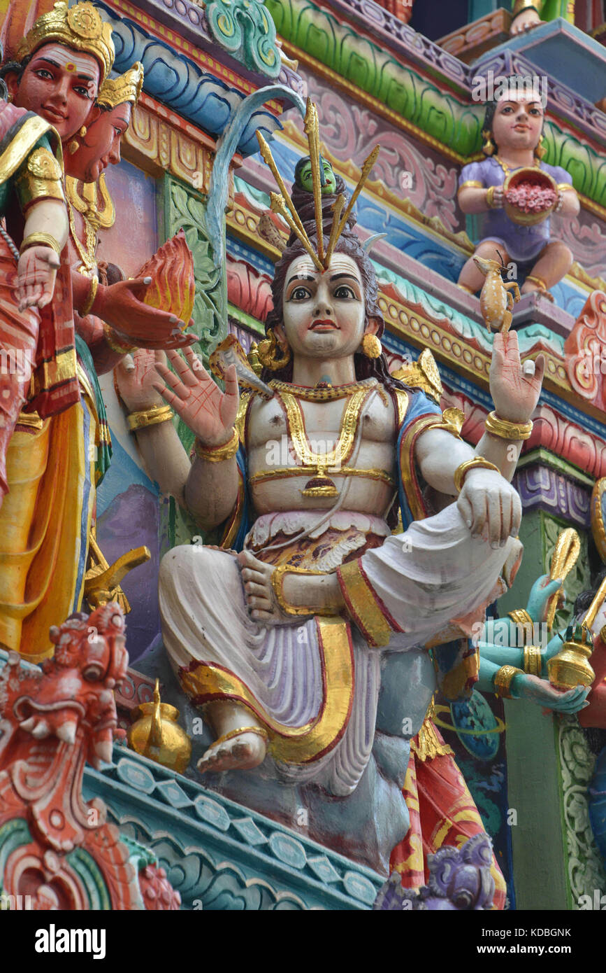 Singapore.  Serangoon Road, Little India District, sculptures and statues on the outer facade of the Hindu temple - Stock Image