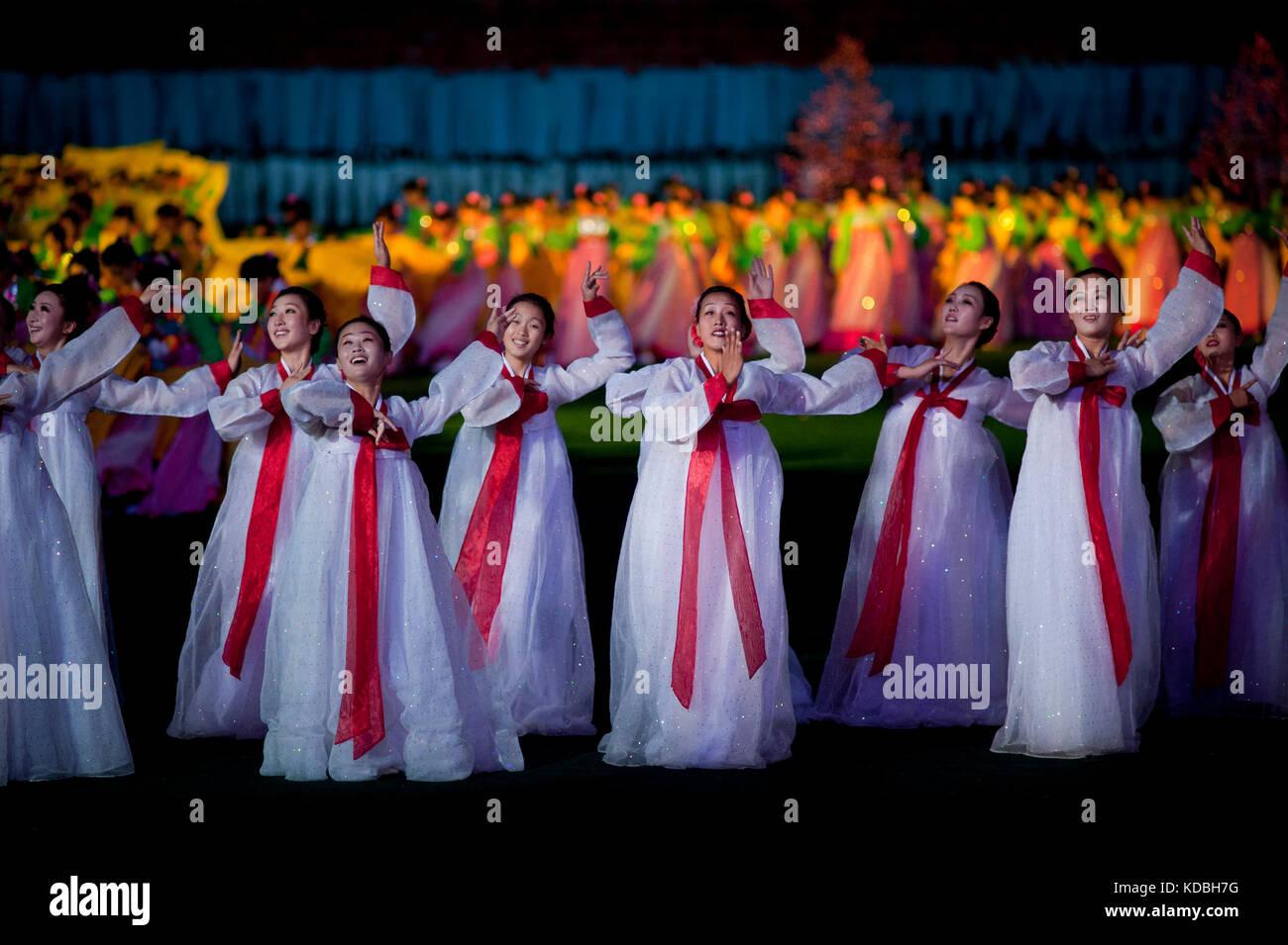 Les plus grandes manifestations Nord coréennes se déroulent dans le plus grand stade du monde. Les Arirangs se déroulent Stock Photo