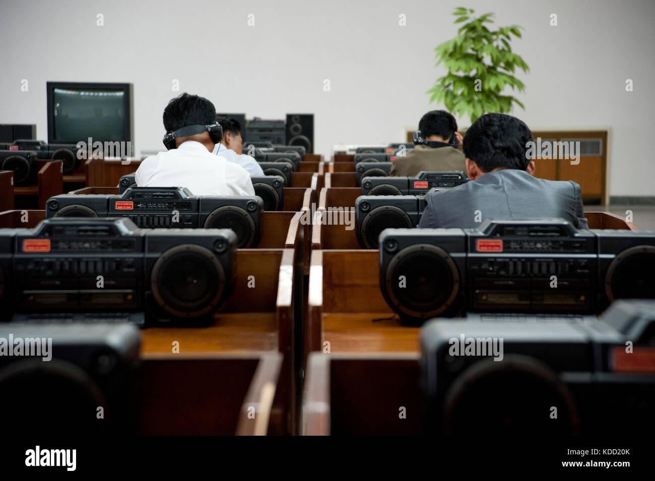 Des Nord coréens écoutent des CD à la grande maison des études du peuple de Pyongyang le 9 octobre 2012 Grand People's Stock Photo