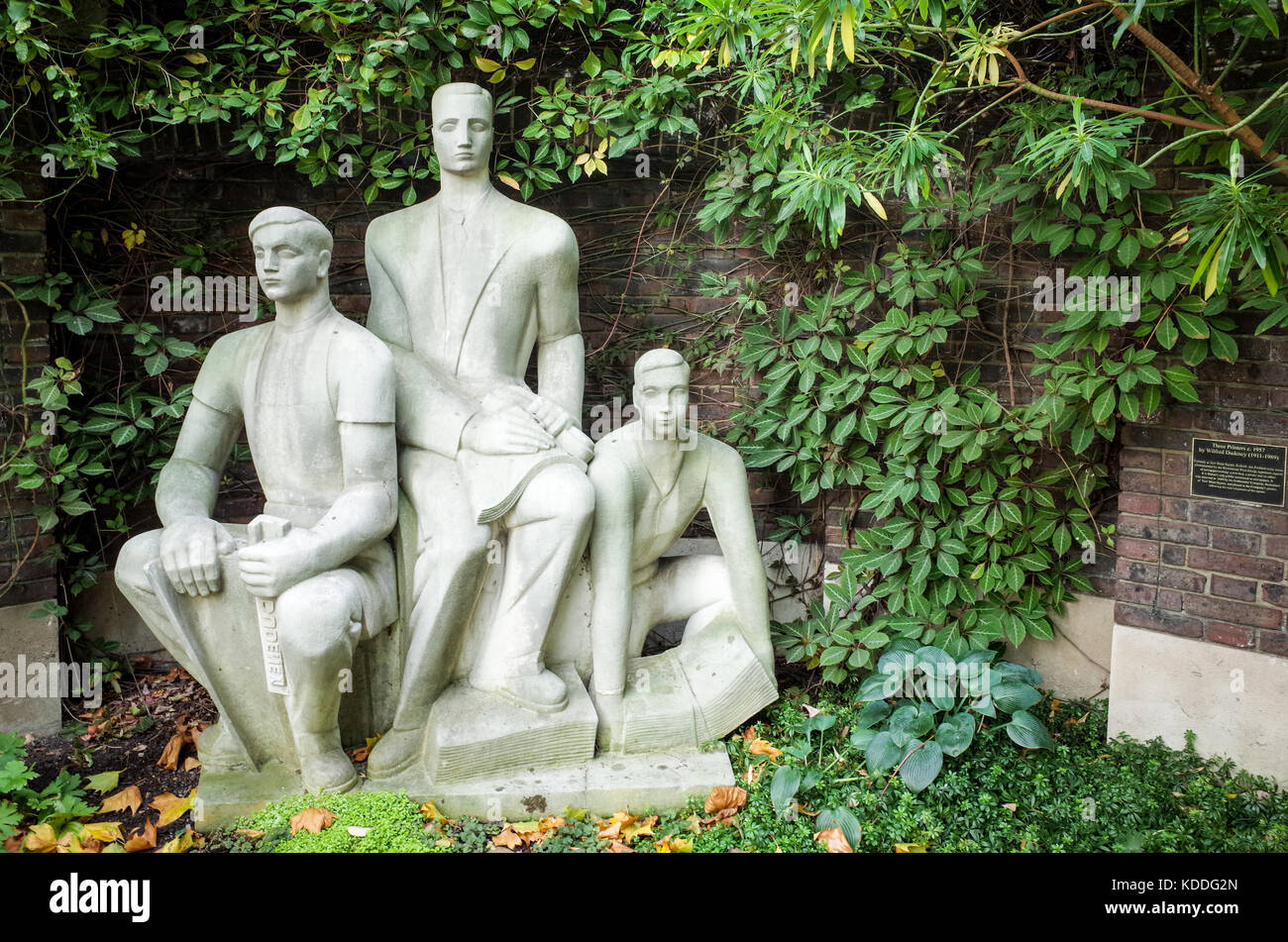 Three Printers Sculpture ( 1957 ) by Wilfred Dudeney located in the   Goldsmiths Company garden in Gresham Street - Stock Image