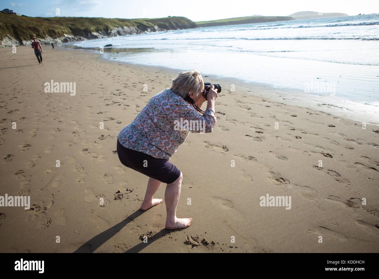 Mature female photography enthusiast - Stock Image