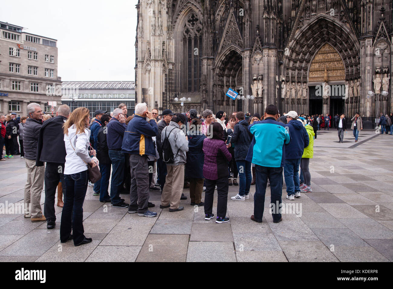 Europe, Germany, North Rhine-Westphalia, Cologne, tourists in front of the cathedral.  Europa, Deutschland, Nordrhein - Stock Image