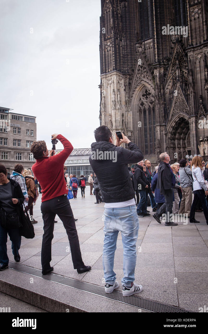 Europe, Germany, Cologne, tourists taking pictures of the cathedral.  Europa, Deutschland, Koeln, Touristen fotografieren - Stock Image