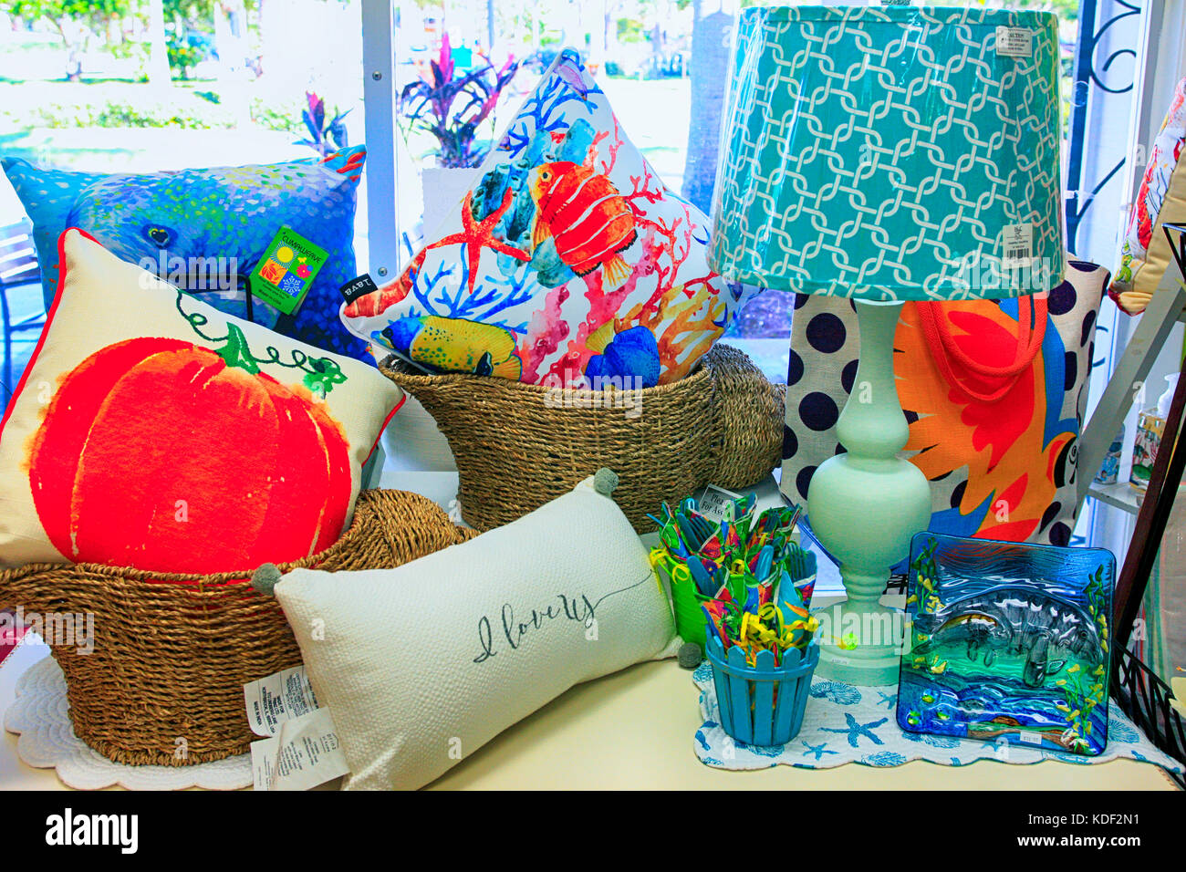 Window display of home decor items on sale in venice FL - Stock Image