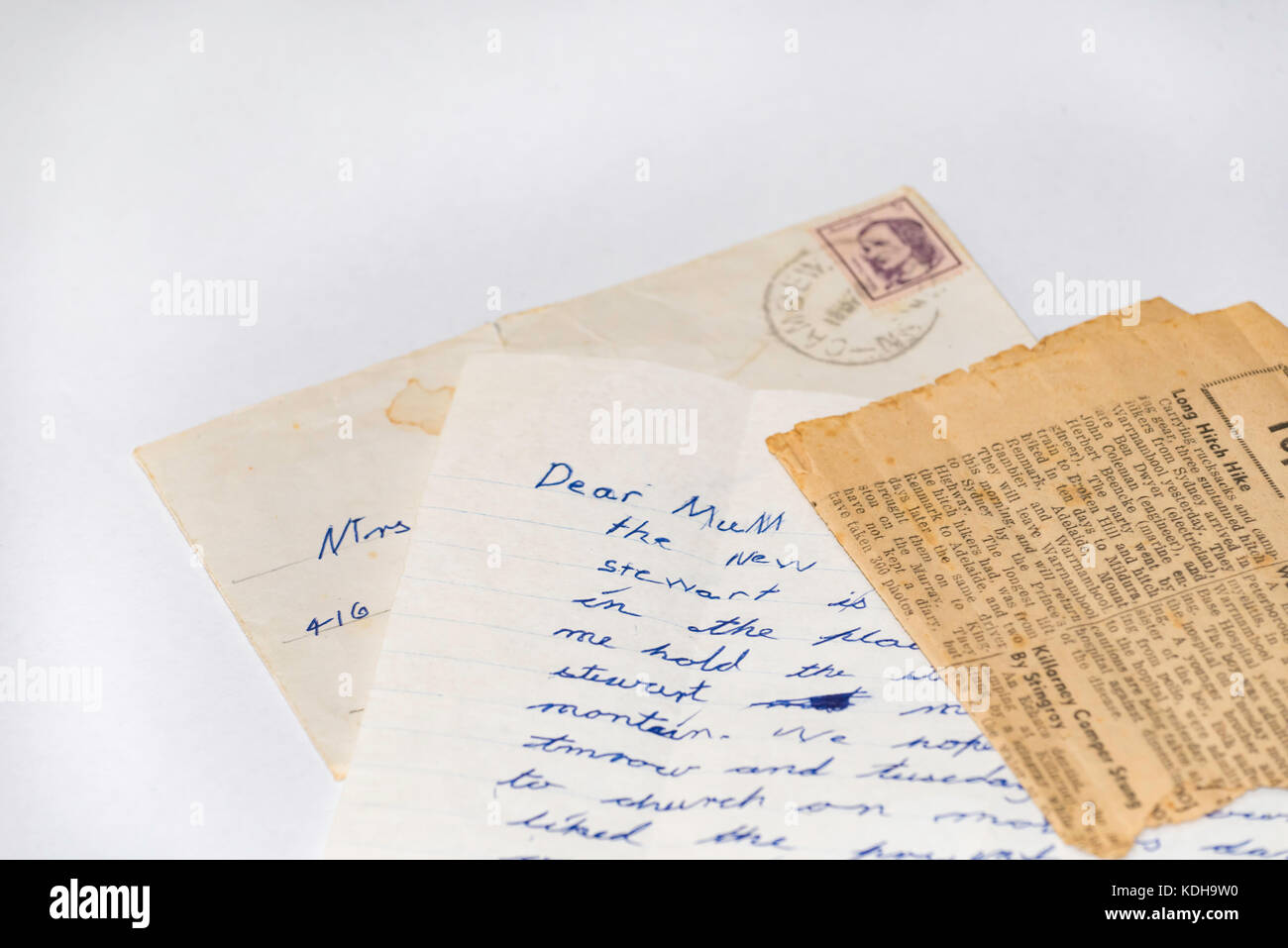 An old hand written letter, envelope and newspaper article to a Mum - Stock Image