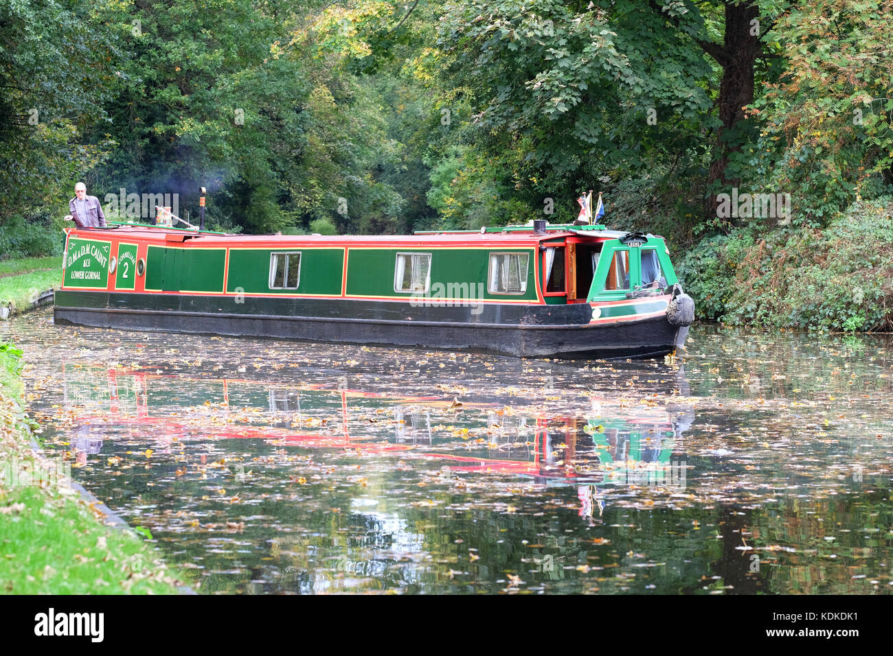 Stourton Junction, Stewponey, Stourton, West Midlands, UK. 14th October, 2017. Autumn weather as a canal boat passes Stock Photo
