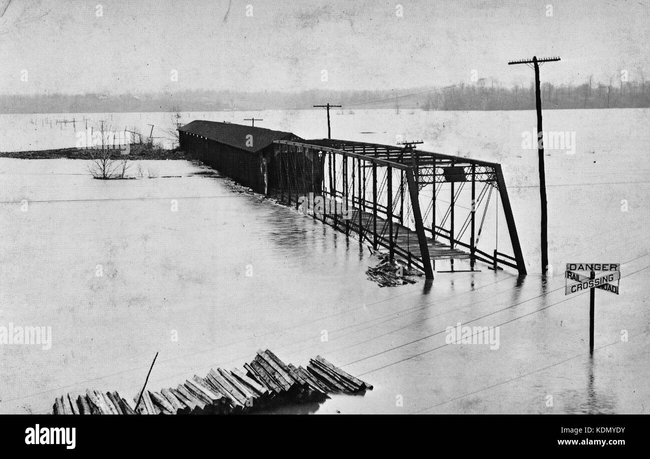 Gosport Covered Bridge, Spanning East Fork White River, Gosport, Owen County, Indiana during the flood of 1913 - Stock Image