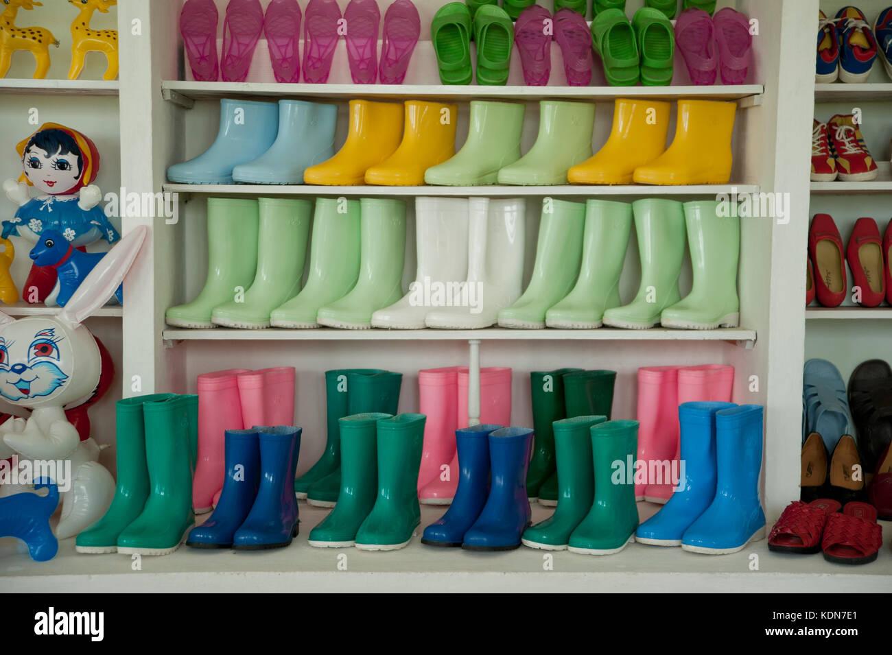Des chaussures en plastic dans un magasin de village près de Hamhung  le 12 octobre 2012. Plastic Shoes In - Stock Image