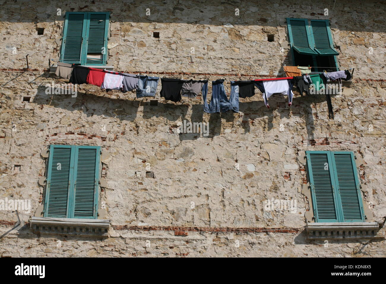 Häuserfront Mit Fenster Und Wäscheleine In Italien   House Front With  Window And Clothesline In Italy