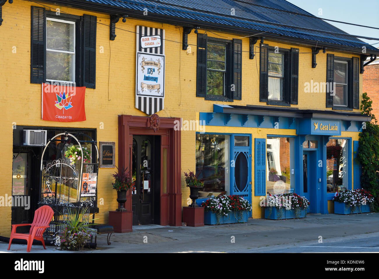 Colorful historic Temperance House with clothing and gift shops in Bloomfield Ontario Prince Edward County - Stock Image