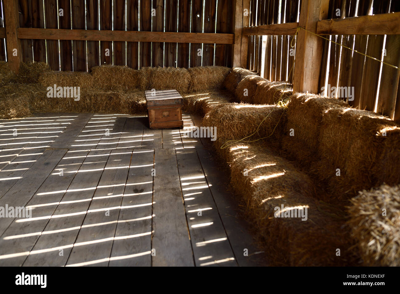 Barn with hay bale couches for shows and entertainment at By Chadsey's Cairn winery and vineyard Prince Edward - Stock Image