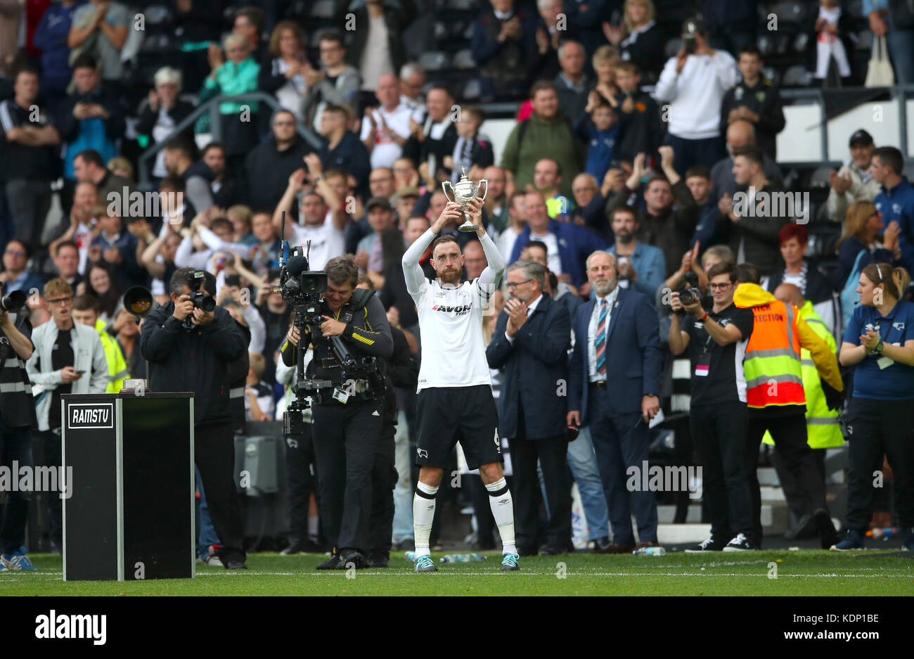 Derby County's Richard Keogh celebrates with the Brian Clough Cup during the Sky Bet Championship match at Pride - Stock Image