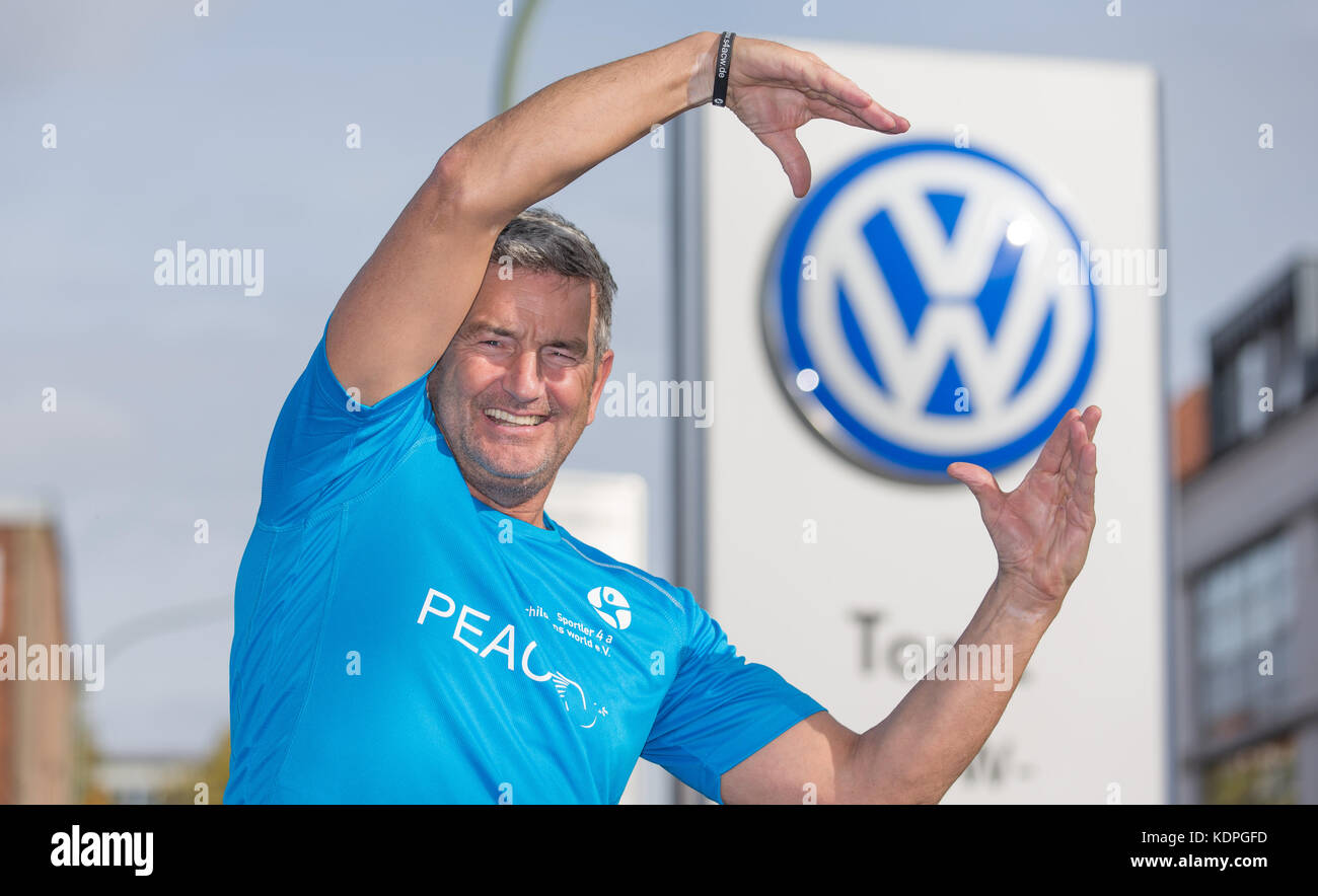 Osnabrueck, Germany. 13th Oct, 2017. Scottish long-distance runner John McGurk poses at a Volkswagen production - Stock Image