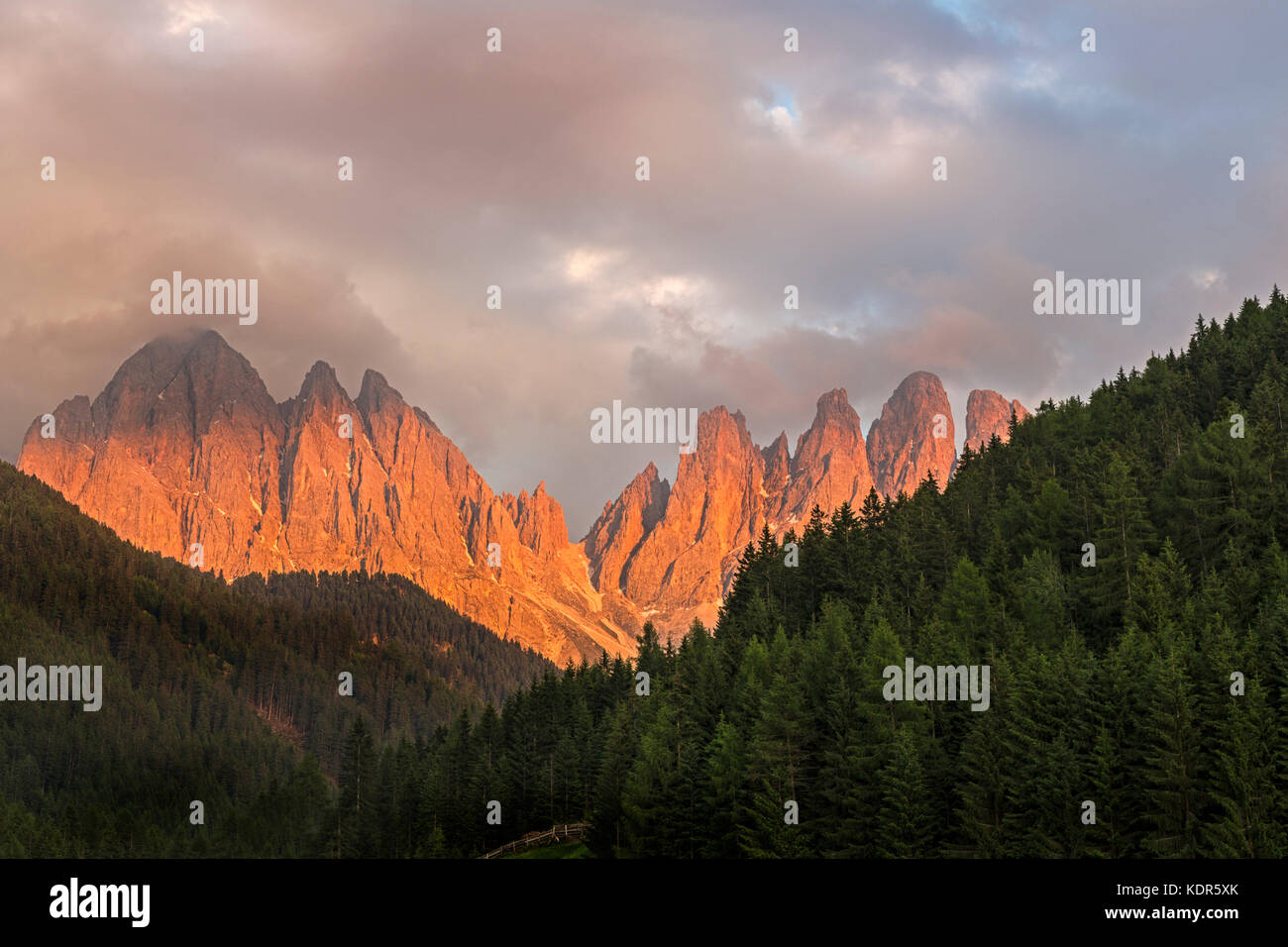 Mountain mass Geisler groupe at sunset, Villnöss valley, Dolomiti, South Tyrol, Italy, Europe - Stock Image