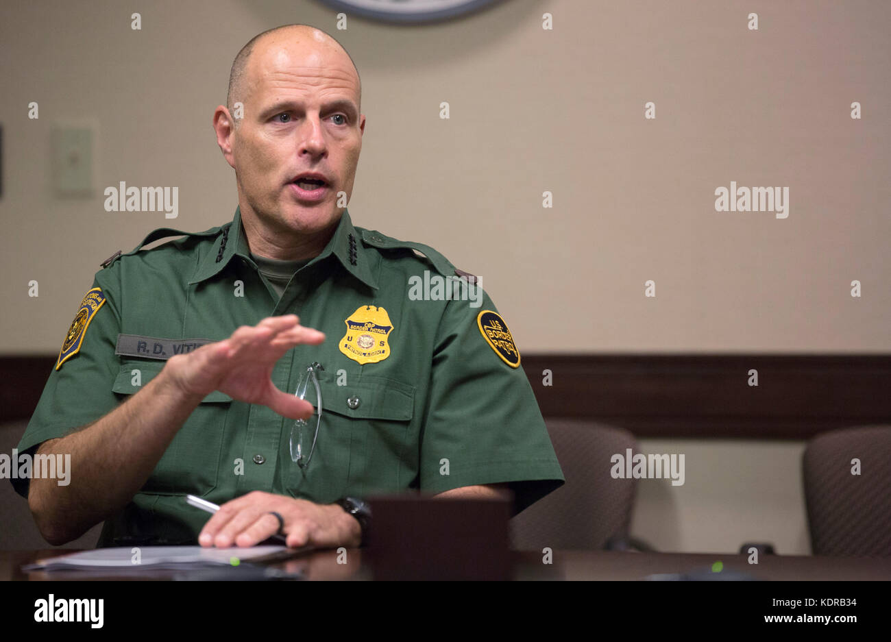 U.S. Customs and Border Protection Acting Deputy Commissioner Ronald Vitiello discusses border security with American - Stock Image