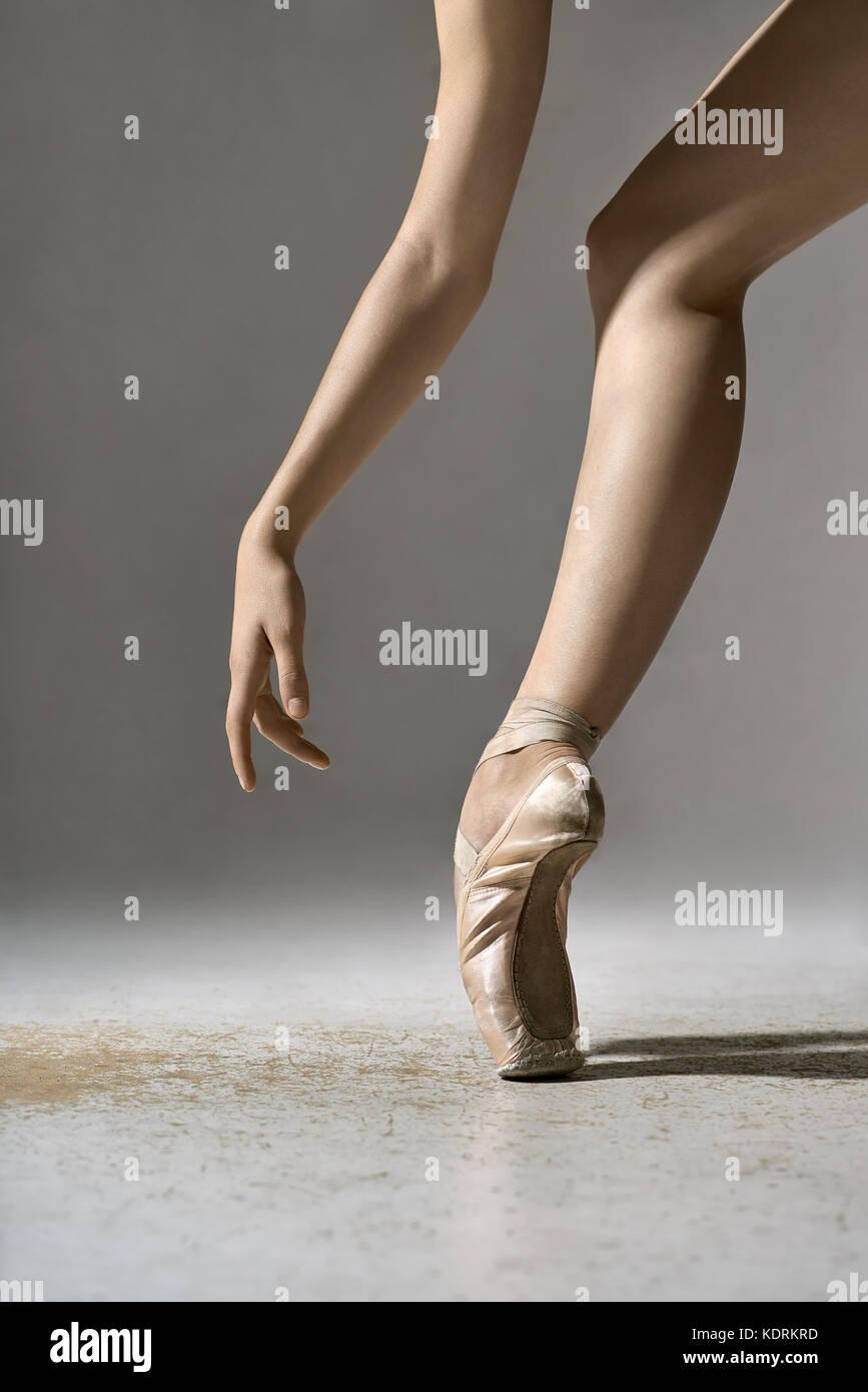 Ballet dancer posing in studio - Stock Image