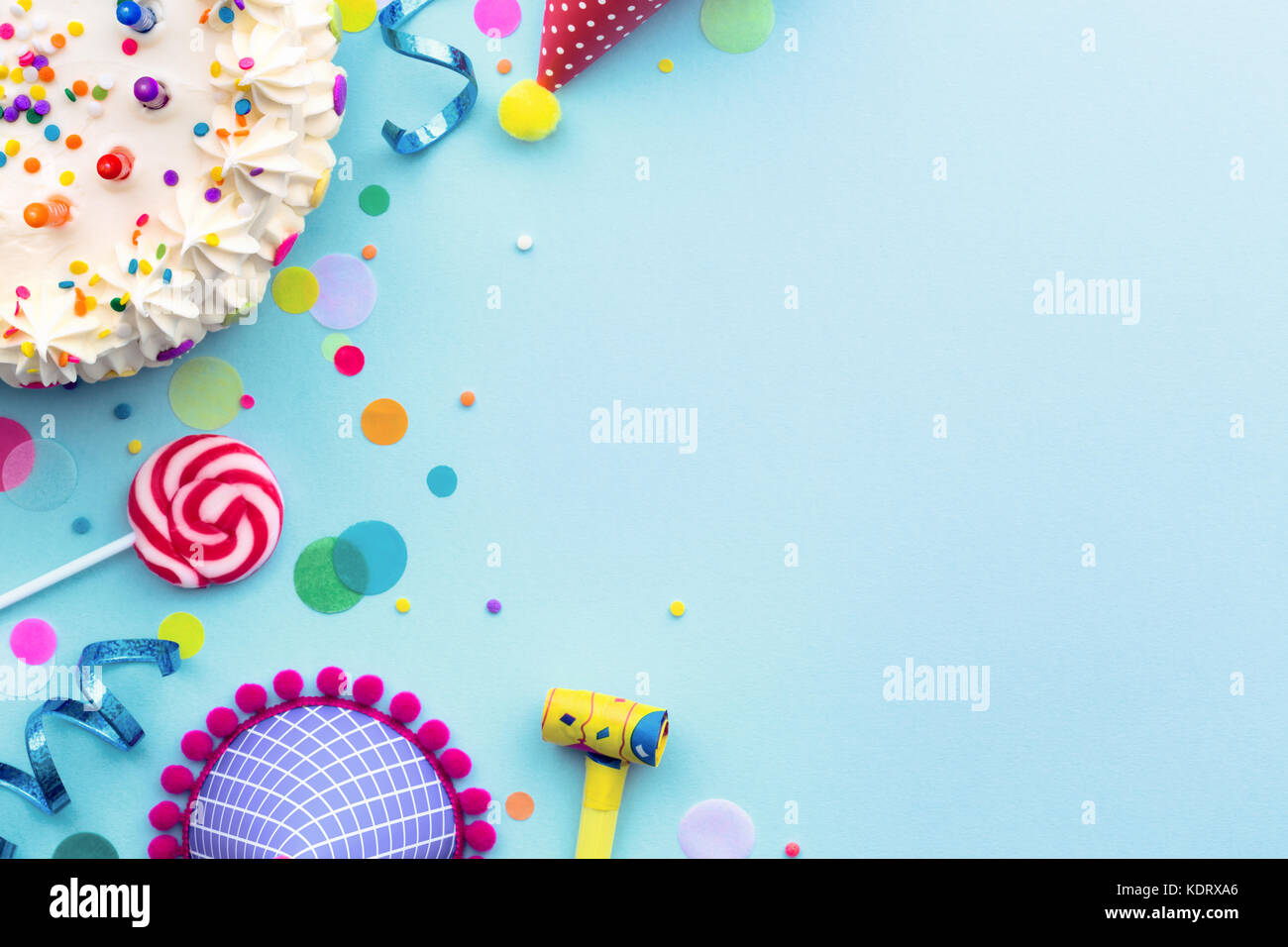 Colorful birthday party background with birthday cake and party hats - Stock Image