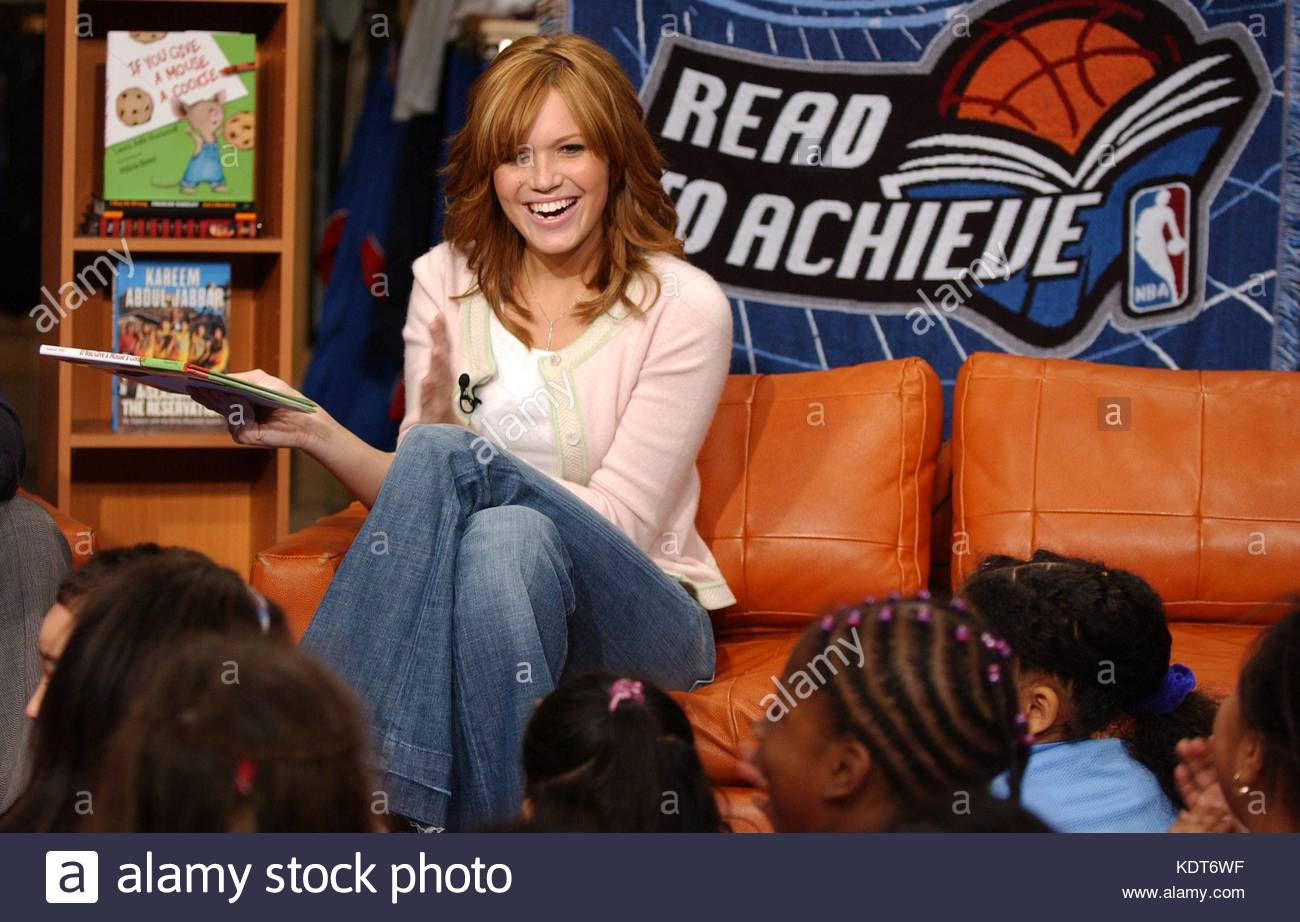 Mandy Moore reads a childrens book during the NBA s Read To Achieve Timeout  Program e7443485e