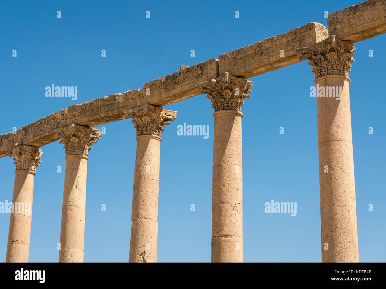 Close up Corinthian columns along the Cardo with acanthus leaf decoration, Roman city of Jerash, archeological site - Stock Image