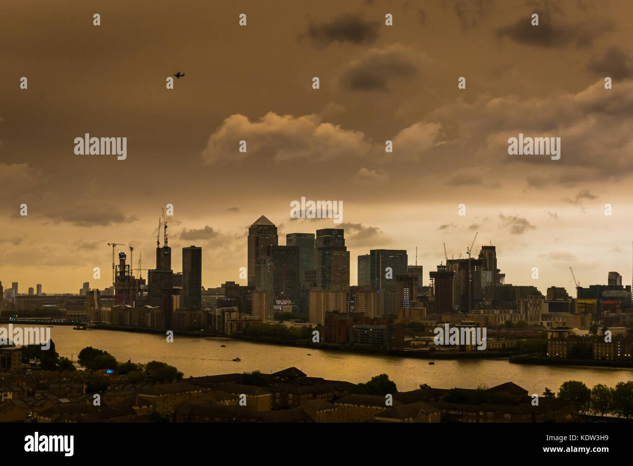 London, UK. 16th Oct, 2017. UK Weather: Storm Ophelia brings an unusual glow to the city skies over Canary Wharf Stock Photo