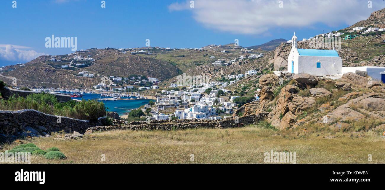 Panoramablick, kleine orthodoxe Kapelle auf einem Huegel und der neue Hafen von Mykonos, Kykladen, Aegaeis, Griechenland, - Stock Image