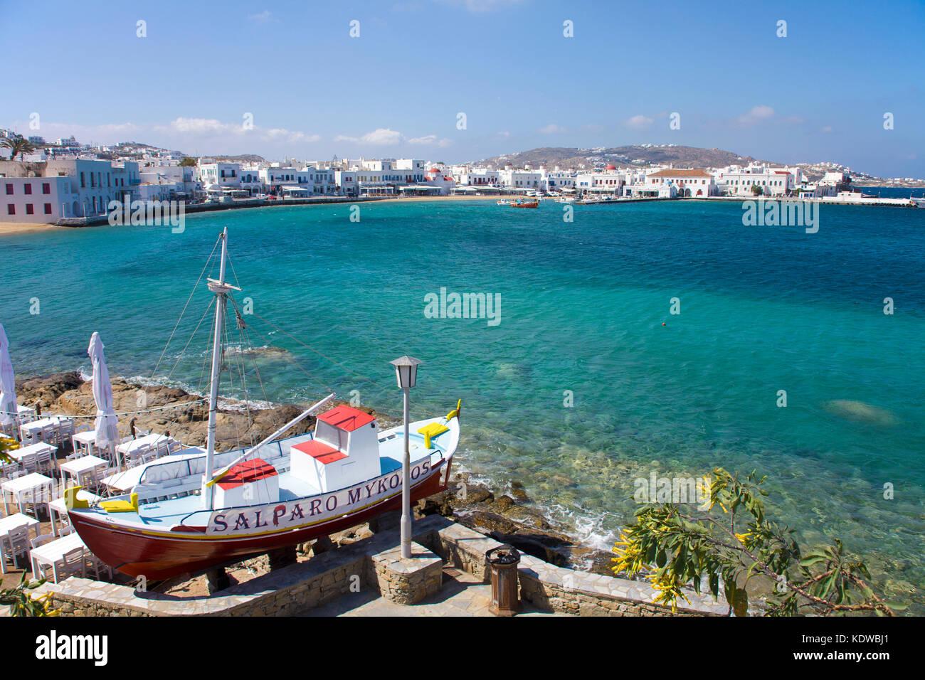 Griechische Taverne am Meer, Fischerboot als Dekoration und Werbetraeger, Mykonos-Stadt, Mykonos, Kykladen, Aegaeis, - Stock Image