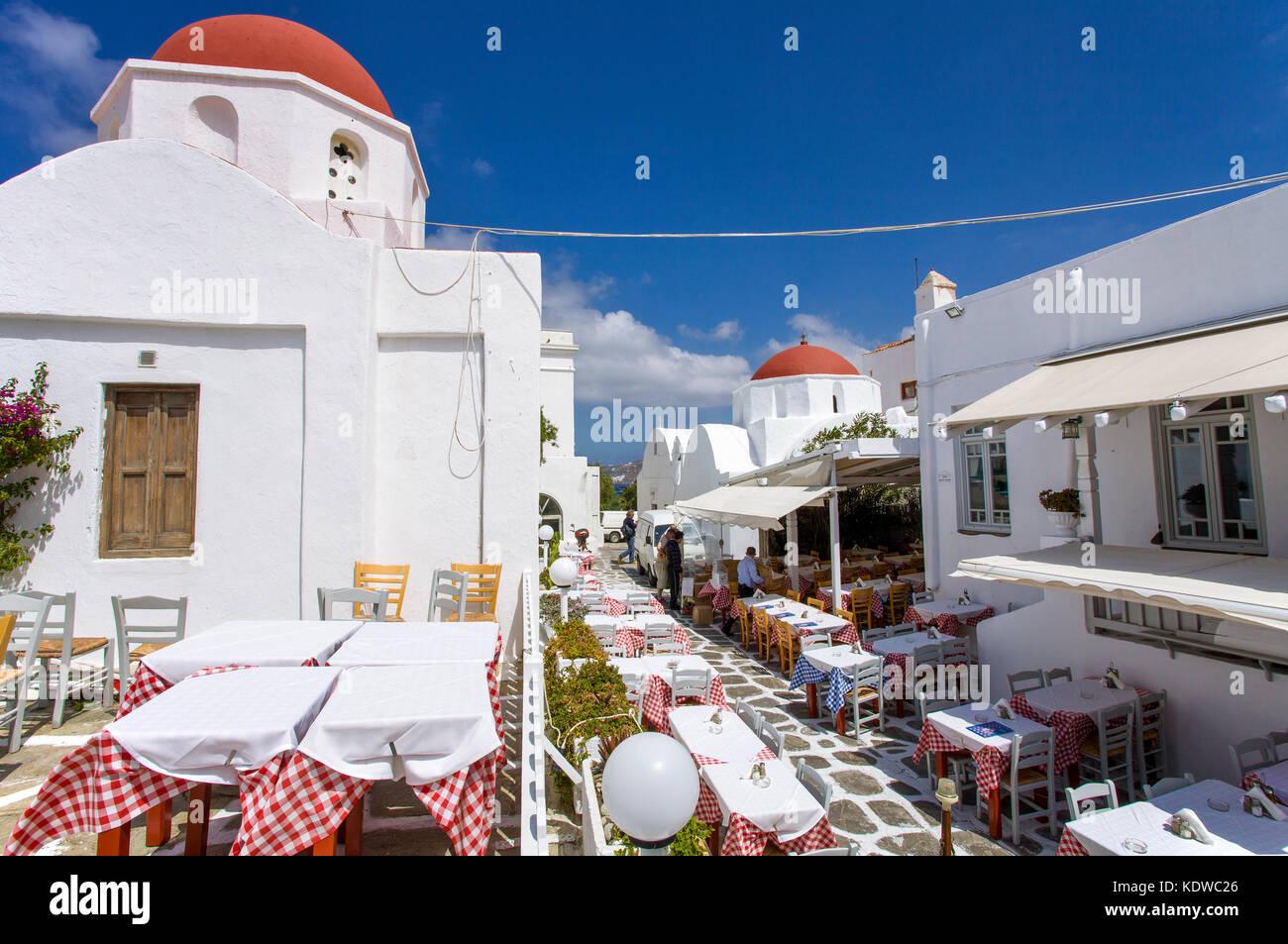 Restaurants und Tavernen an einer orthodoxen Kirche in Mykonos-Stadt, Mykonos, Kykladen, Aegaeis, Griechenland, - Stock Image