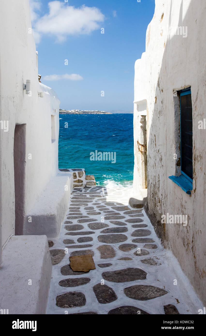 Kleine Gasse mit Pflastersteinen zum Meer in Mykonos-Stadt, Mykonos, Kykladen, Aegaeis, Griechenland, Mittelmeer, - Stock Image
