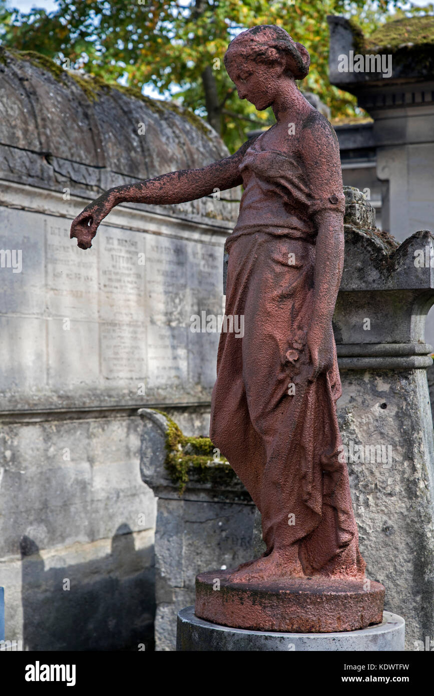 The rusting figure of a young woman on the grave of Alexandrine-Éléonore Kaulek (1813-1838) in Pere Lachaise - Stock Image