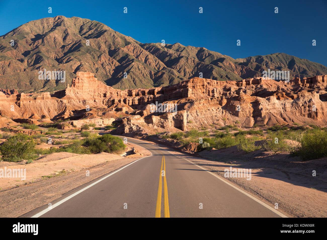 The road down the Quebrada de la Conches, Valles Calchaquies, Salta Province, Argentina - Stock Image