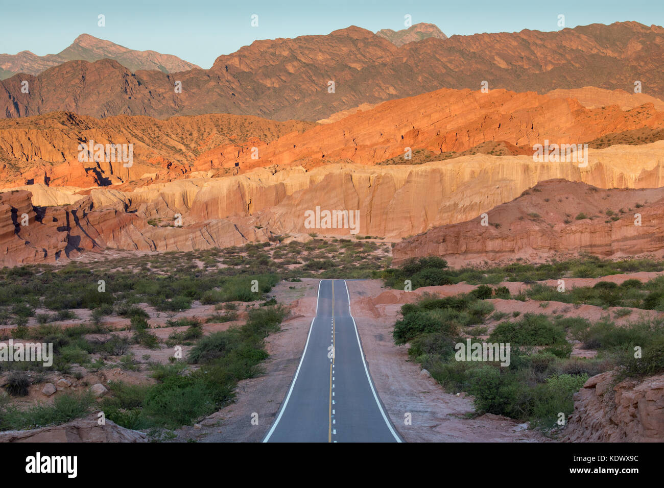 The road down the Quebrada de la Conches, Valles Calchaquies, Salta Province, Argentina Valles Calchaquies, Salta - Stock Image