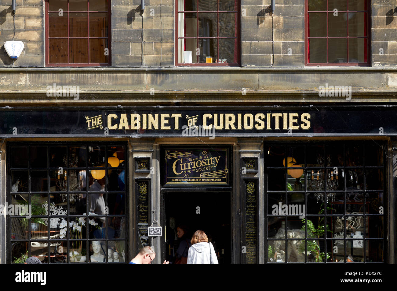Pennines village, Haworth in West Yorkshire, England. The Cabinet of Curiosities on the steep Main Street - Stock Image