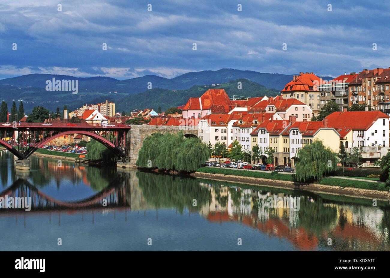 Slowenien, Maribor, Blick über die Drava (Drau) auf das Hafen- und Flösserviertel Lent - Stock Image