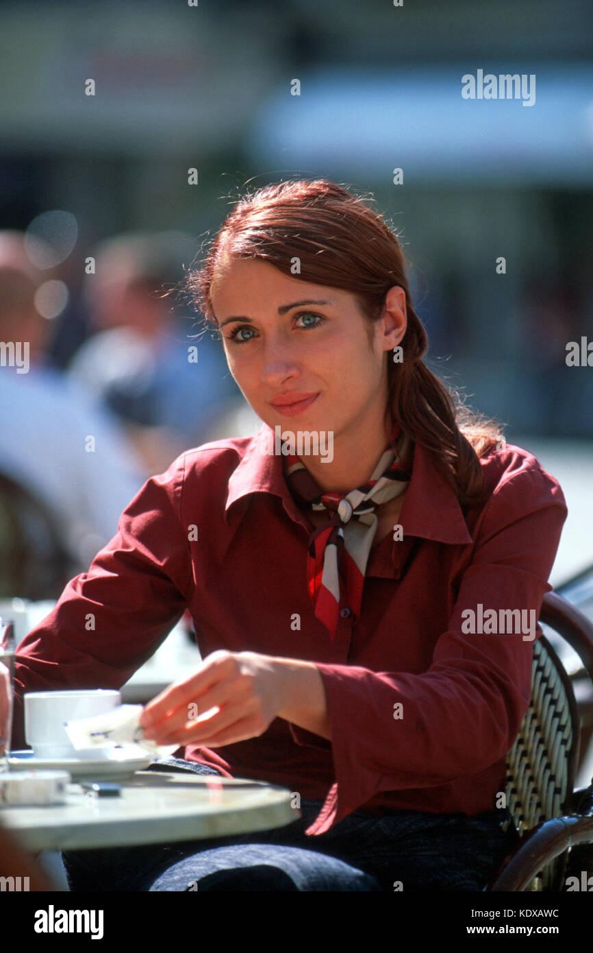 Slowenien, Maribor, junge Frau in Cafe am Platz Grajski trg (Schlossplatz) - Stock Image