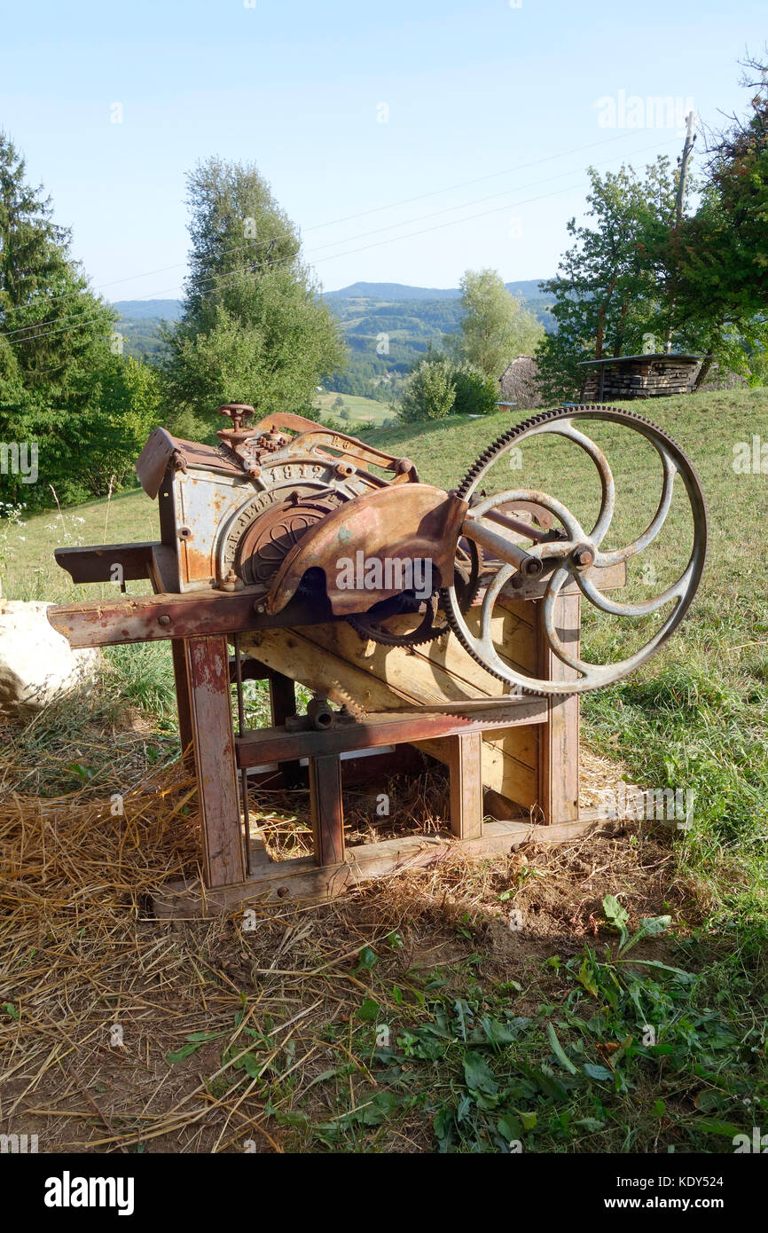 Old Hand Driven Threshing Machine Kdy on Antique Hand Crank Tractor Engine For