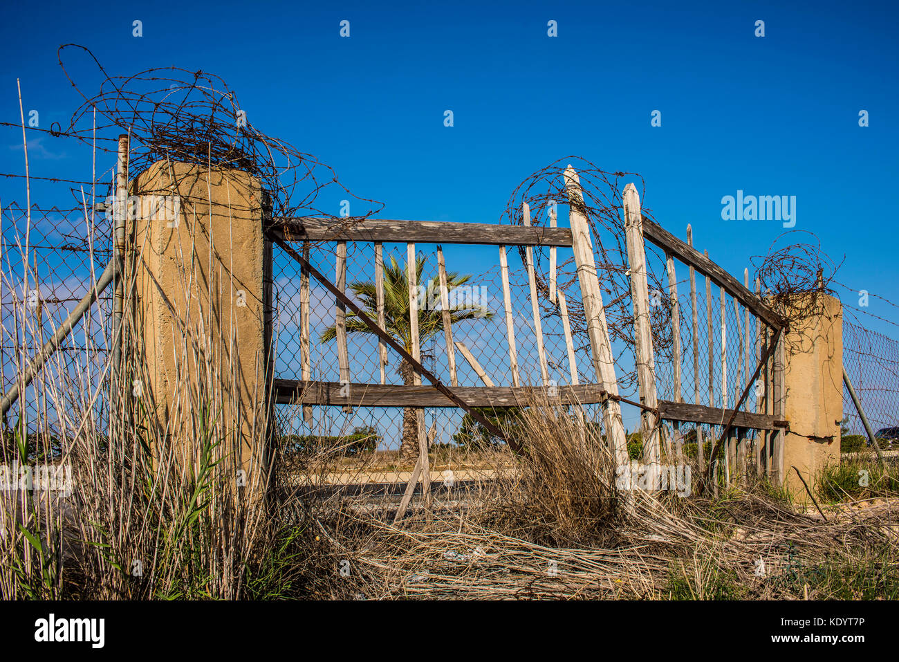 Old Wooden Fence Barbed Wire Stock Photos Amp Old Wooden