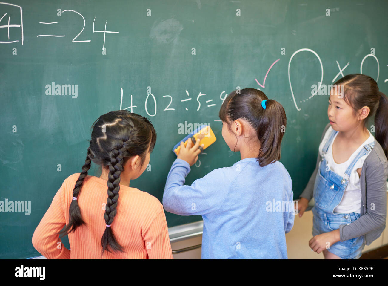 Japanese elementary school kids in the classroom - Stock Image